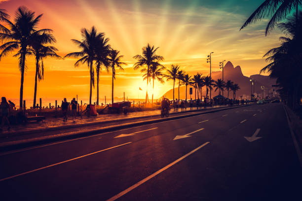 traumhaften sonnenuntergang am strand von ipanema mit sonnenstrahlen, rio de janeiro - rio de janeiro stock-fotos und bilder