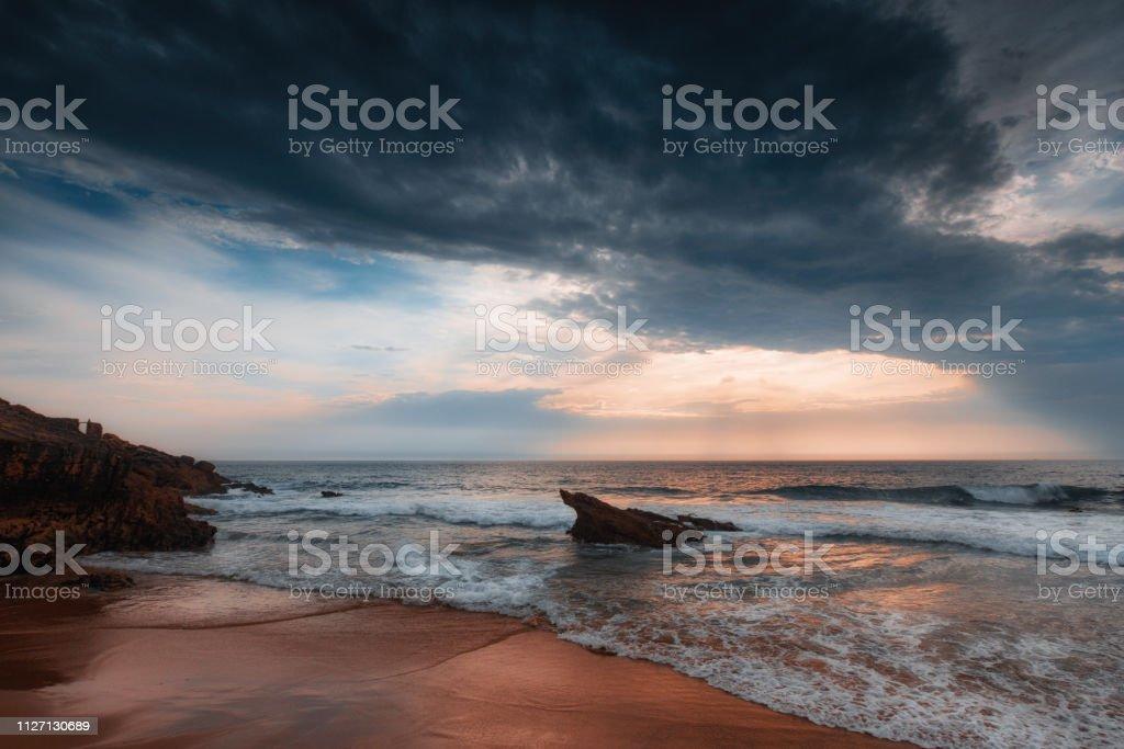 Traumhaften Sonnenuntergang am Meer. Wellen des Atlantischen Ozeans am Guincho Strand. Lissabon. Sintra-Cascais Naturpark. Portugal. – Foto