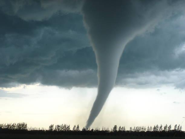 geweldige tornado in canada - tornado stockfoto's en -beelden