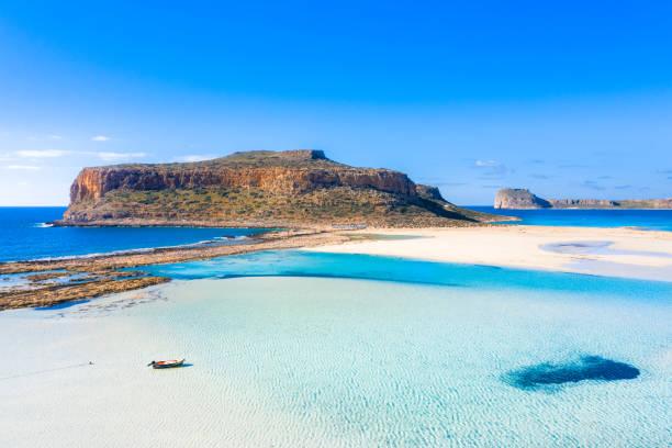 Erstaunliche Aussicht auf die Lagune von Balos mit magischem türkisfarbenem Wasser, Lagunen, tropischen Stränden mit reinem weißen Sand und der Insel Gramvousa auf Kreta, Griechenland – Foto
