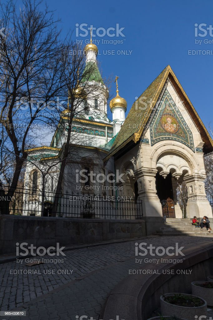 在保加利亞索菲亞的金色圓頂俄羅斯教堂的驚人的看法 - 免版稅事件圖庫照片