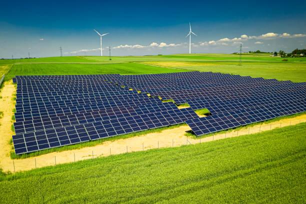 Erstaunliche Aussicht auf Sonnenkollektoren und Windkraftanlagen im Sommer – Foto