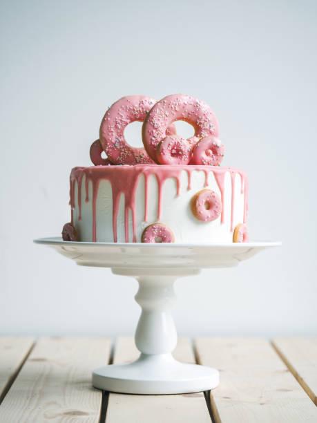 increíble pastel de boda con donuts - diseños de bodas fotografías e imágenes de stock