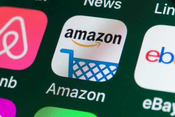 amazon , airbnb, ebay, news and other apps on iphone screen - brand name zdjęcia i obrazy z banku zdjęć