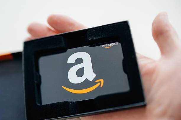 Carte-cadeau Amazon dans un homme de main - Photo