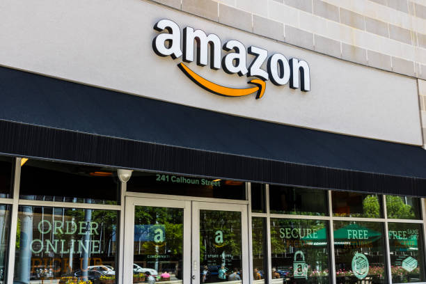Amazon Store in the U Square. Amazon@Cincinnati is Amazon's first Cincinnati brick-and-mortar store V Cincinnati - Circa May 2017: Amazon Store in the U Square. Amazon@Cincinnati is Amazon's first Cincinnati brick-and-mortar store V amazon stock pictures, royalty-free photos & images