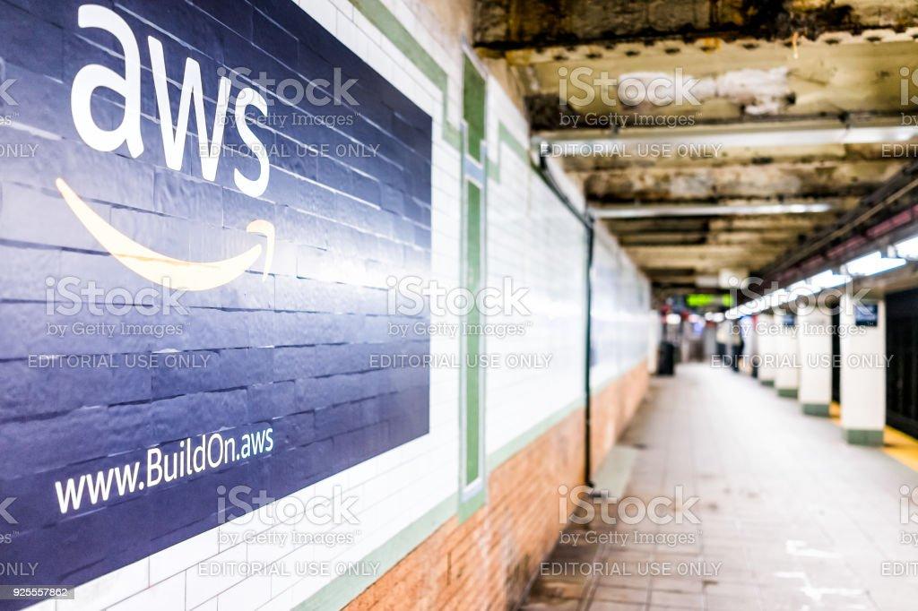 Amazon Web Services AWS anúncio anúncio sinal closeup em plataforma de trânsito subterrâneo, na estação de metrô de NYC, parede de azulejos, seta, lado foto royalty-free