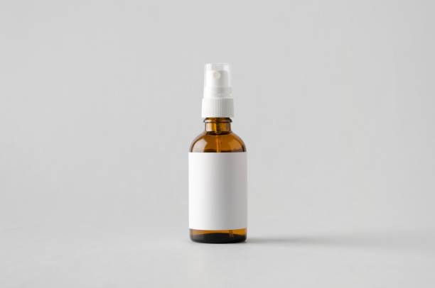 amber spray flasche mock-up-leere beschriftung - braunglasflaschen stock-fotos und bilder