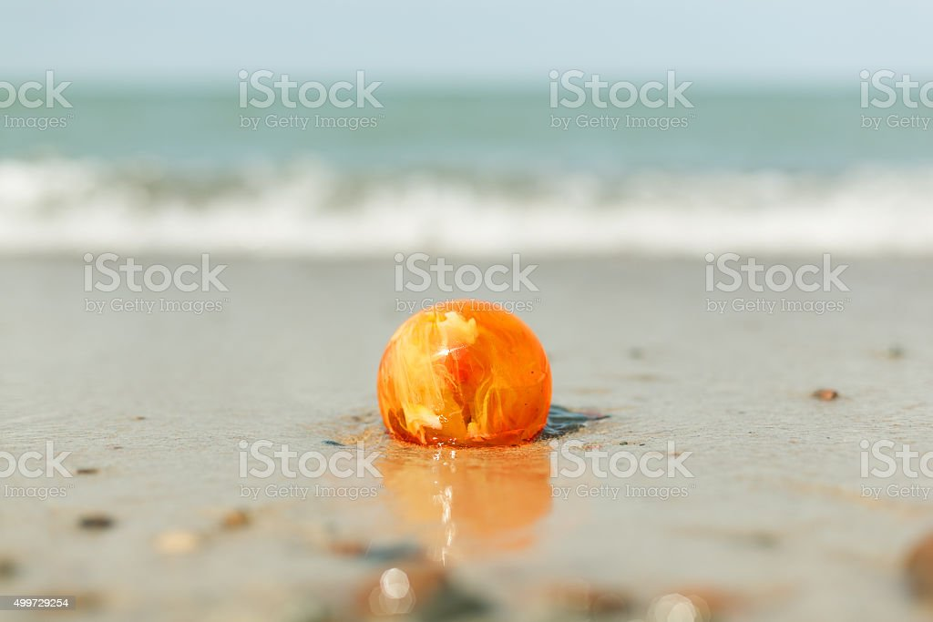amber stone auf sand baltic sea shore – Foto