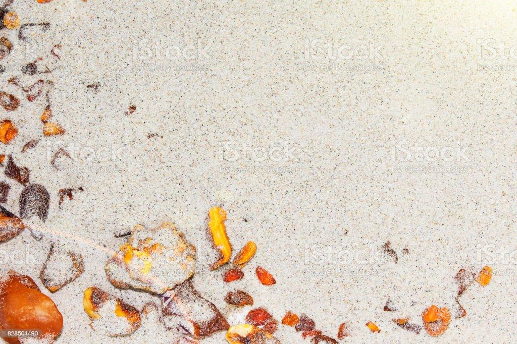 Amber. die Stücke des Bernsteins in den Sand am Strand. – Foto