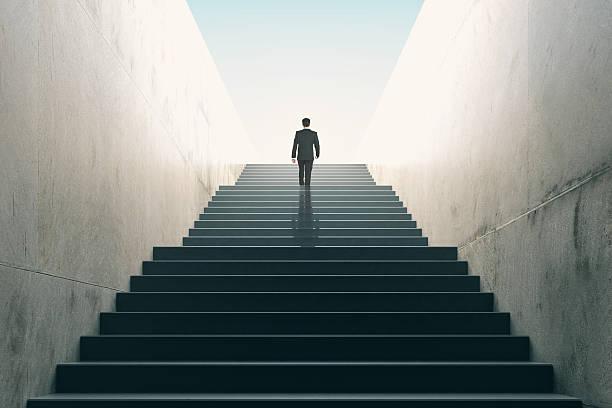 ziele konzept mit geschäftsmann klettern treppe - treppe stock-fotos und bilder