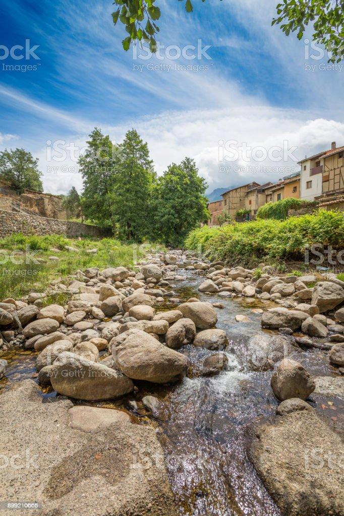Río Ambroz que pasa por la ciudad judía de Hervás, Cáceres. España - foto de stock