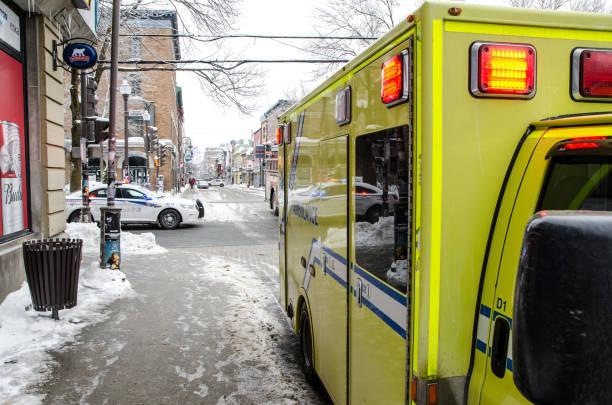 Krankenwagen und Polizei Auto Straße Winter tagsüber – Foto