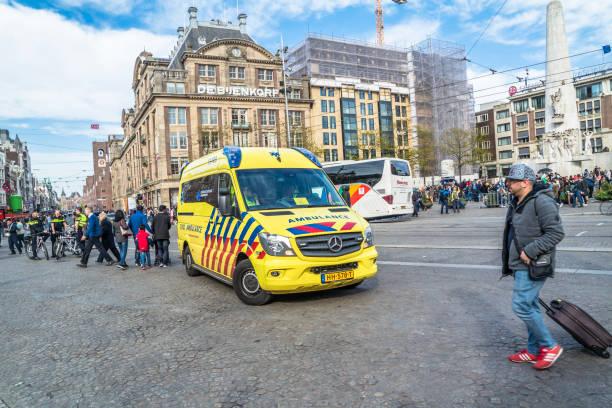 Amsterdam / Holanda - 31 de abril de 2017: ambulancia y policía para el caso de emergencia - foto de stock
