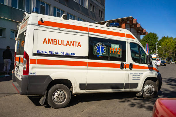 Krankenwagen am Eingang einer Notaufnahme. Krankenwagen im Dienst. Targoviste, Rumänien, 2019. – Foto