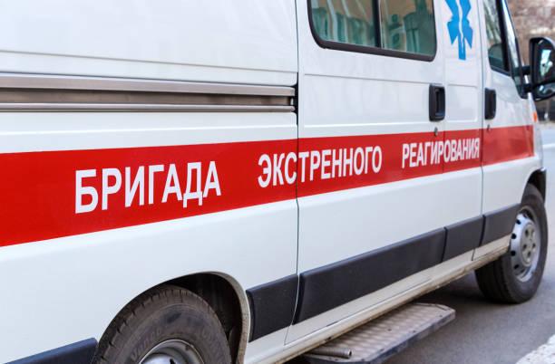Krankenwagen auf der Straße geparkt. Text auf Russisch: