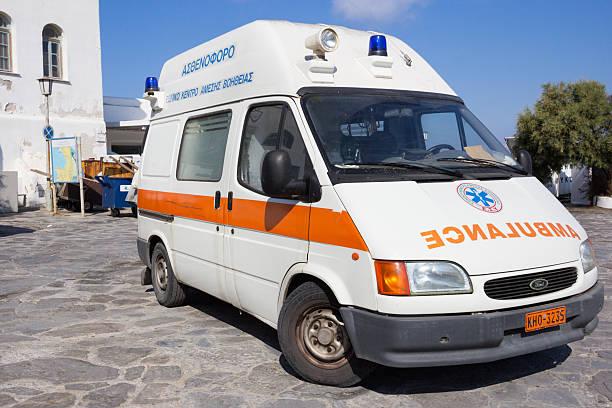 rettungswagen in die stadt mykonos, griechenland - rettungsinsel stock-fotos und bilder