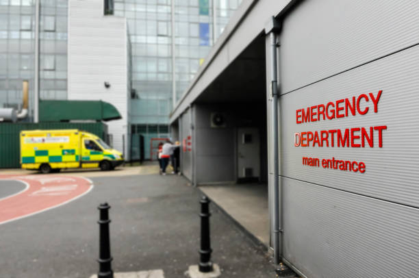Krankenwagen außerhalb einer Krankenhaus- Notaufnahme -Abteilung. – Foto