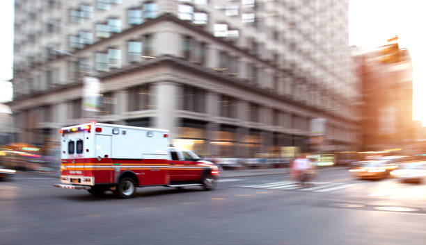 Ambulance respond to an Emergency in downtown Ambulance respond to an Emergency in downtown Emergency services stock pictures, royalty-free photos & images