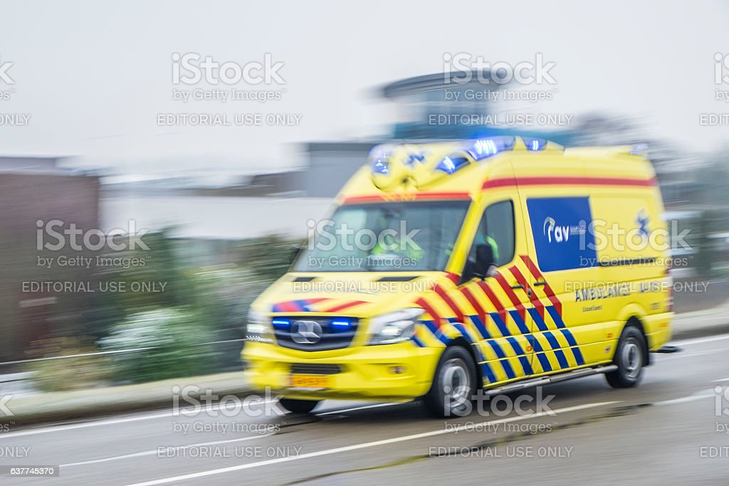 Ambulance rushing to an accident at high speed​​​ foto