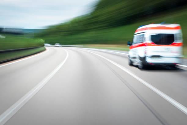 Krankenwagen, die Beschleunigung auf der Autobahn – Foto