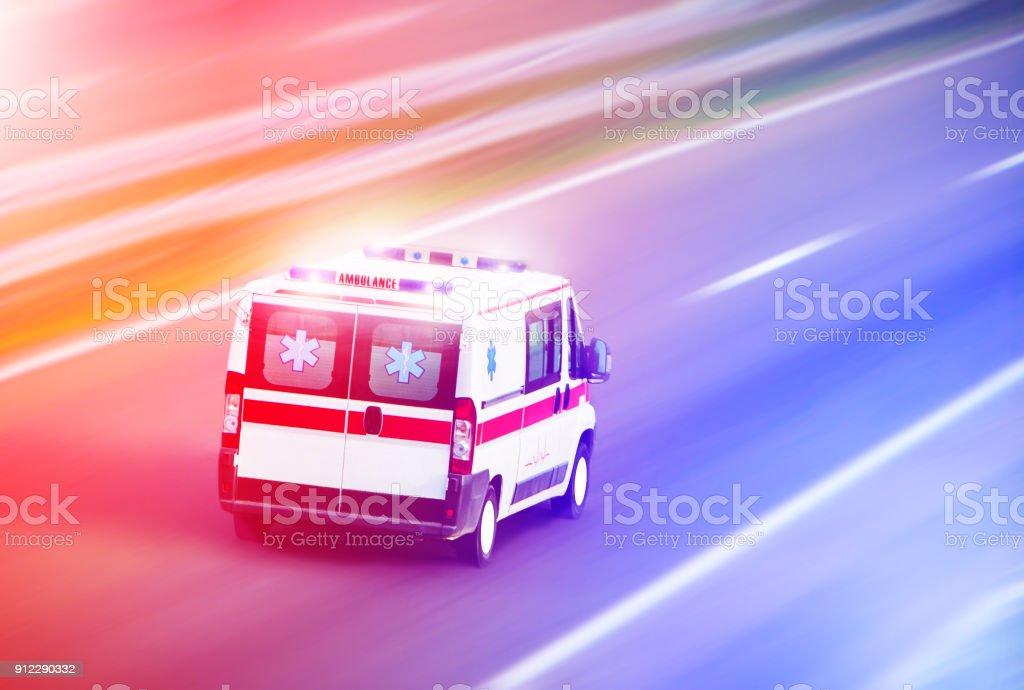 Van ambulancia en carretera, emergencia - foto de stock