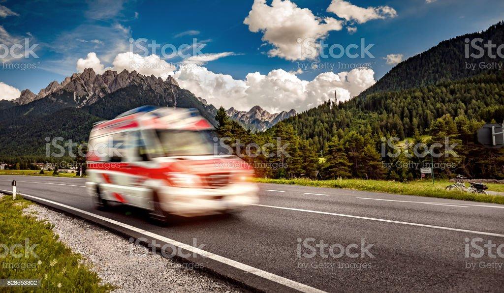 Krankenwagen van stürzt von der Autobahn – Foto