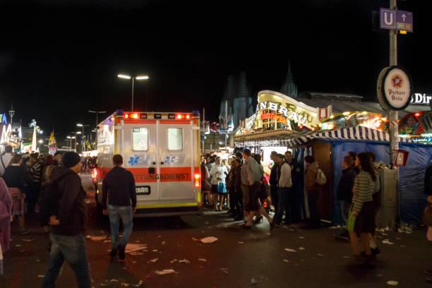 Krankenwagen auf der Hauptstraße des Oktoberfestes, München, 2015 – Foto