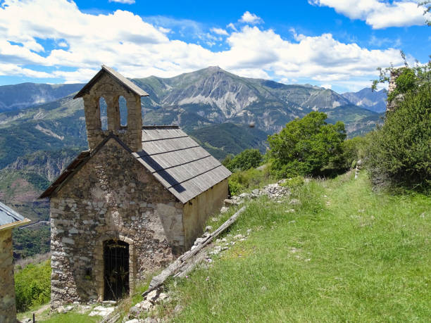 Amen Chapel The small chapel in the village of Amen in the Alps of the French Provence is high up on a beautiful hiking trail. You will be rewarded with a panoramic view of the mountain ranges of the Alps. Amen stock pictures, royalty-free photos & images