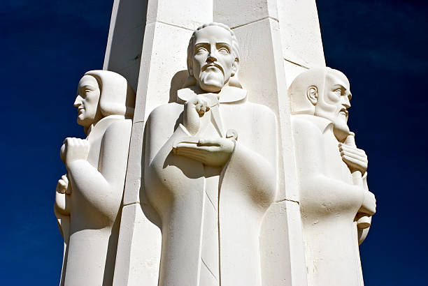 America / Astronomers Monument Griffith Park Observatory Los Angeles California USA Los Angeles, USA - A detail of The Astronomers Monument in Griffith Observatory, Griffith Park, Los Angeles, California, USA. Clockwise from left: Isaac Newton, Johannes Kepler, Galileo Galilei. Artist: L. Archibald Garner - 1934 galileo galilei stock pictures, royalty-free photos & images