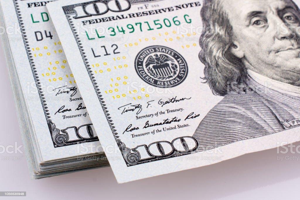 Notas de dólar americano 100 colocadas no fundo branco - foto de acervo