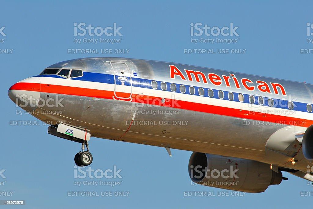 American Airlines 737-800 landing - foto de acervo