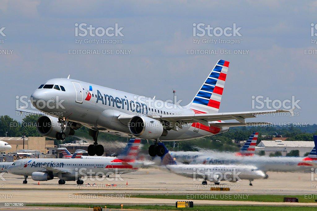 A319 da American Airlines de decolagem no Aeroporto Internacional de Charlotte Douglas - foto de acervo
