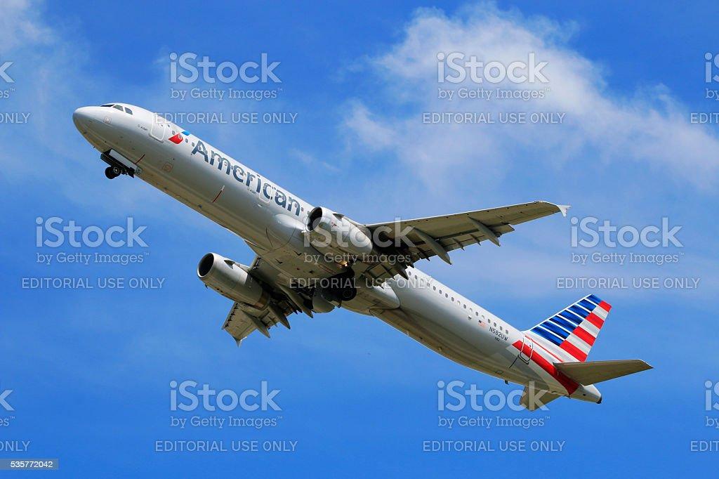 American Airlines A321 de decolagem no Aeroporto Internacional de Charlotte Douglas - foto de acervo