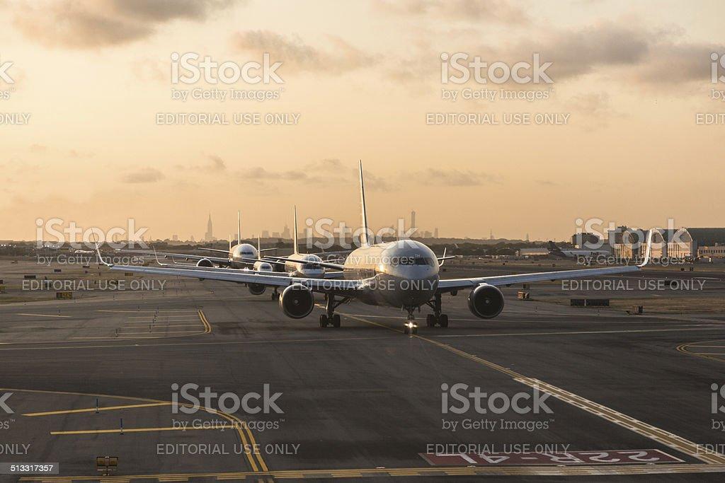 De American Airlines aviones esperando despega desde el aeropuerto JFK - foto de stock