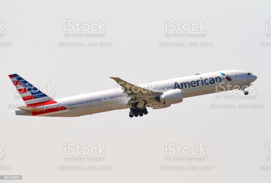 American Airlines Boeing 777 com partida Hong Kong - foto de acervo