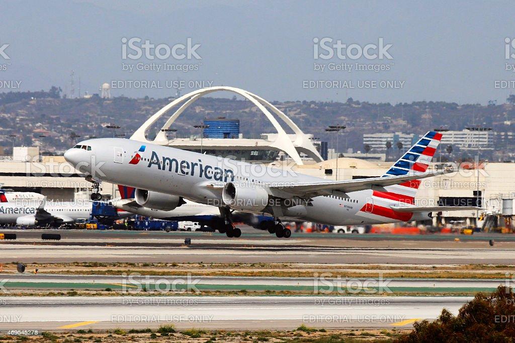 American Airlines Boeing 777-200ER Decole no LAX - foto de acervo