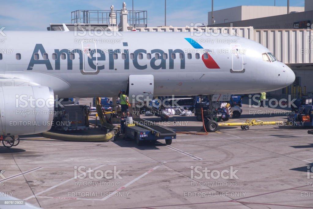 American Airlines Jet reabastecimento e carregamento - foto de acervo