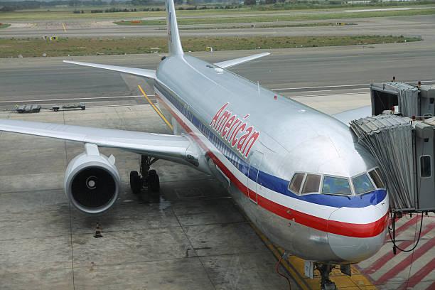 american airlines - b767 stock-fotos und bilder