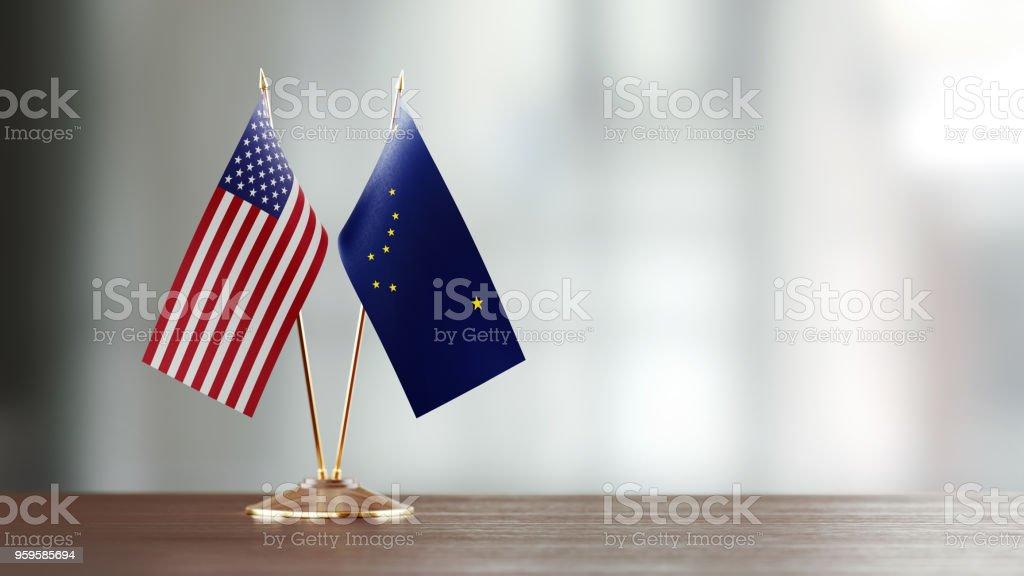 Americano e par de bandeira estado do Alasca em uma mesa sobre fundo desfocado - foto de acervo