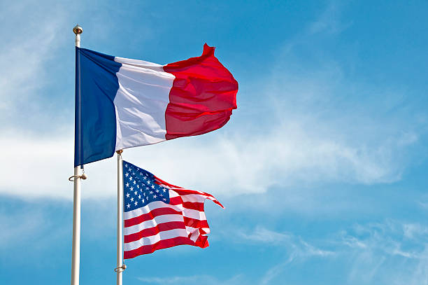 Amerikanische und französischer flags in the sky – Foto