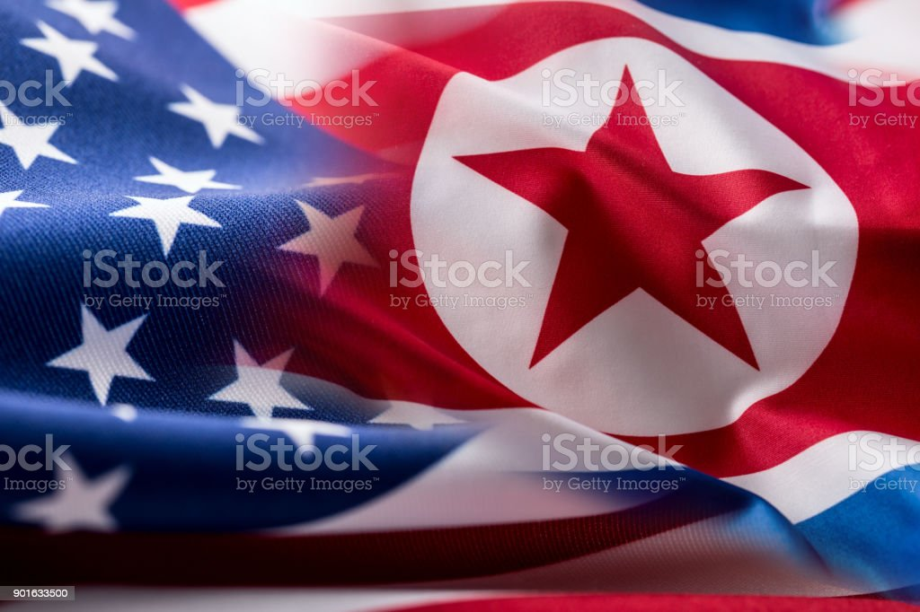 Amerikanischen und Nord Korea Flagge. Bunte USA und Nordkorea Fähnchen im wind – Foto