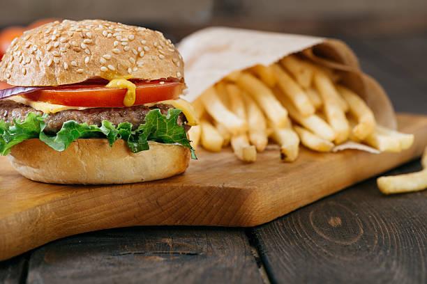 american beef burger mit käse. - schnellkost stock-fotos und bilder