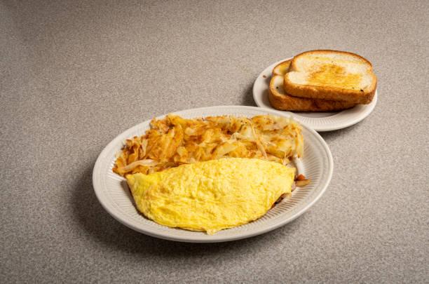 Amerikan Diner gıda omlet ile karma Browns ve tost stok fotoğrafı