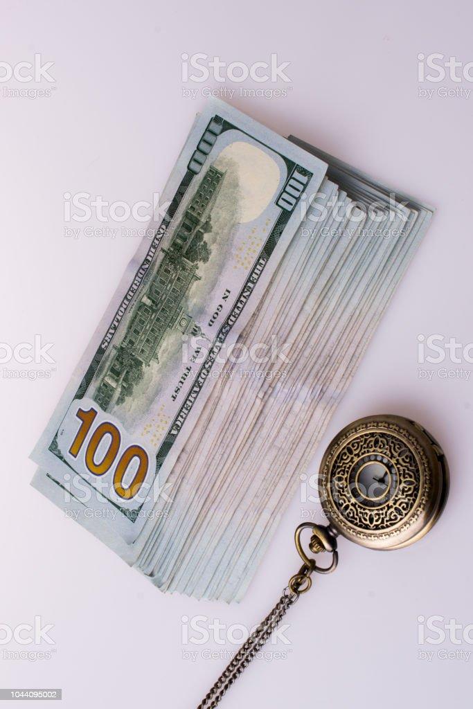 Notas de dólar americano ao lado de um relógio retrô - foto de acervo