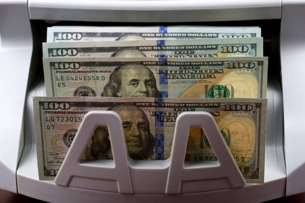 US-Dollar in einer Zählmaschine – Foto