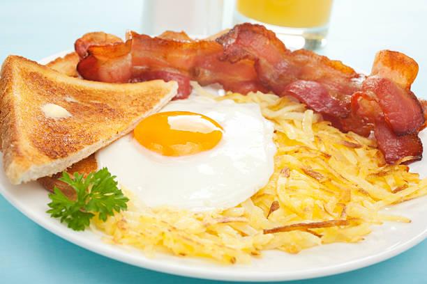 american englisches frühstück hash browns speck und spiegelei toast - haschee stock-fotos und bilder