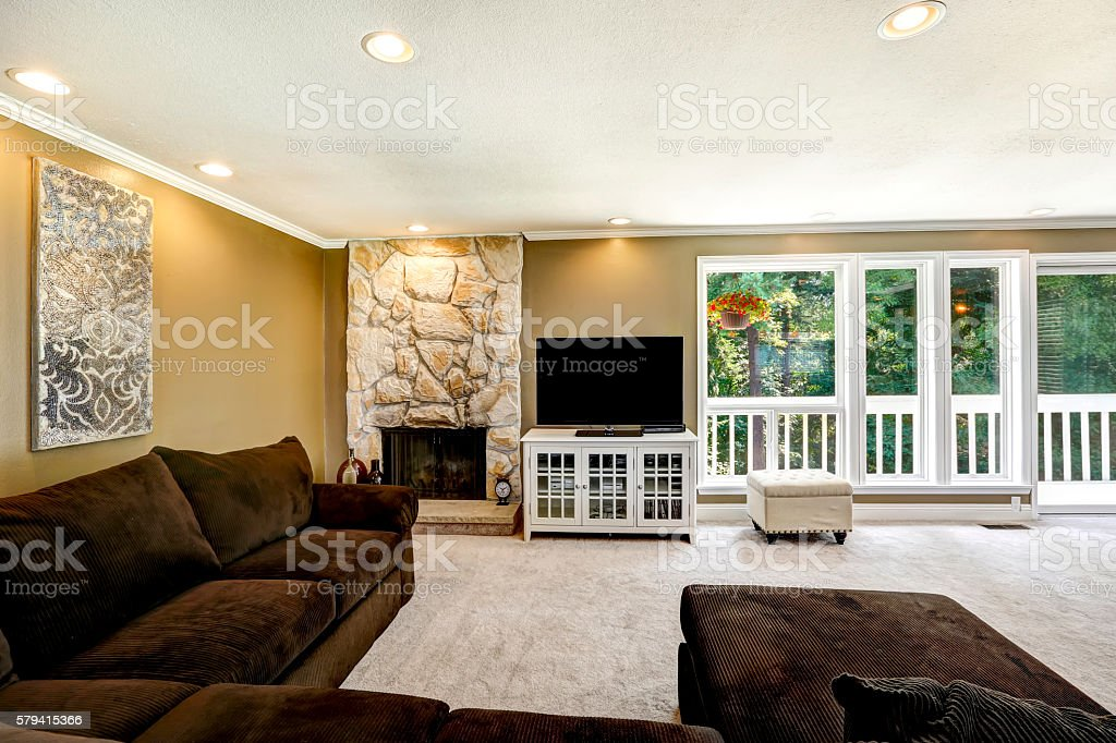 American Family Room Interior With Brown Velvet Sofa Set Stockfoto