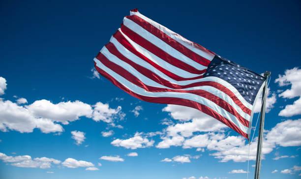 amerikanische fahne gegen den himmel in der dämmerung - horizontal gestreiften vorhängen stock-fotos und bilder