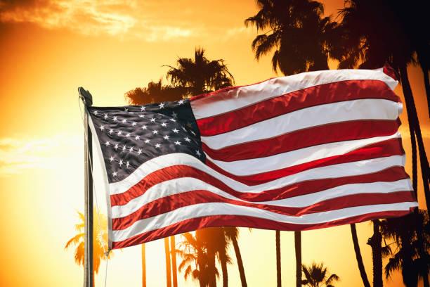 amerikanische flagge gegen den himmel in der abenddämmerung - horizontal gestreiften vorhängen stock-fotos und bilder